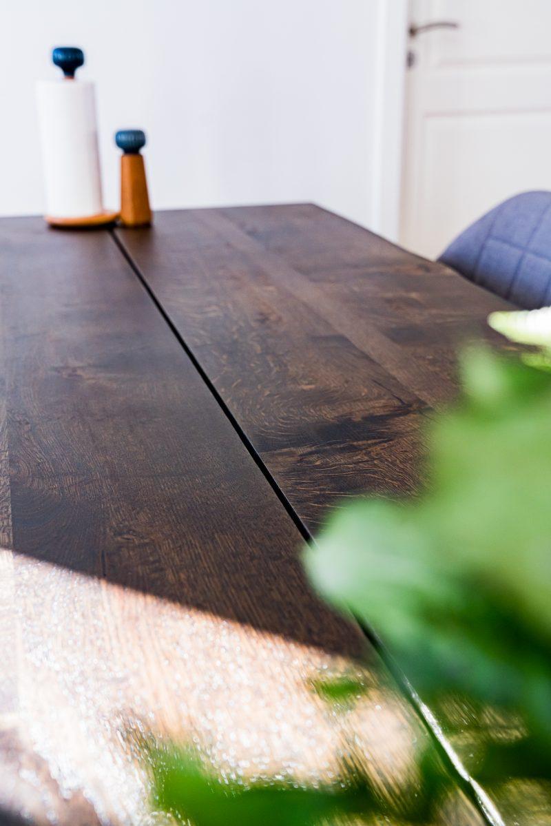 Balder rustik plankebord i mørk egetræ