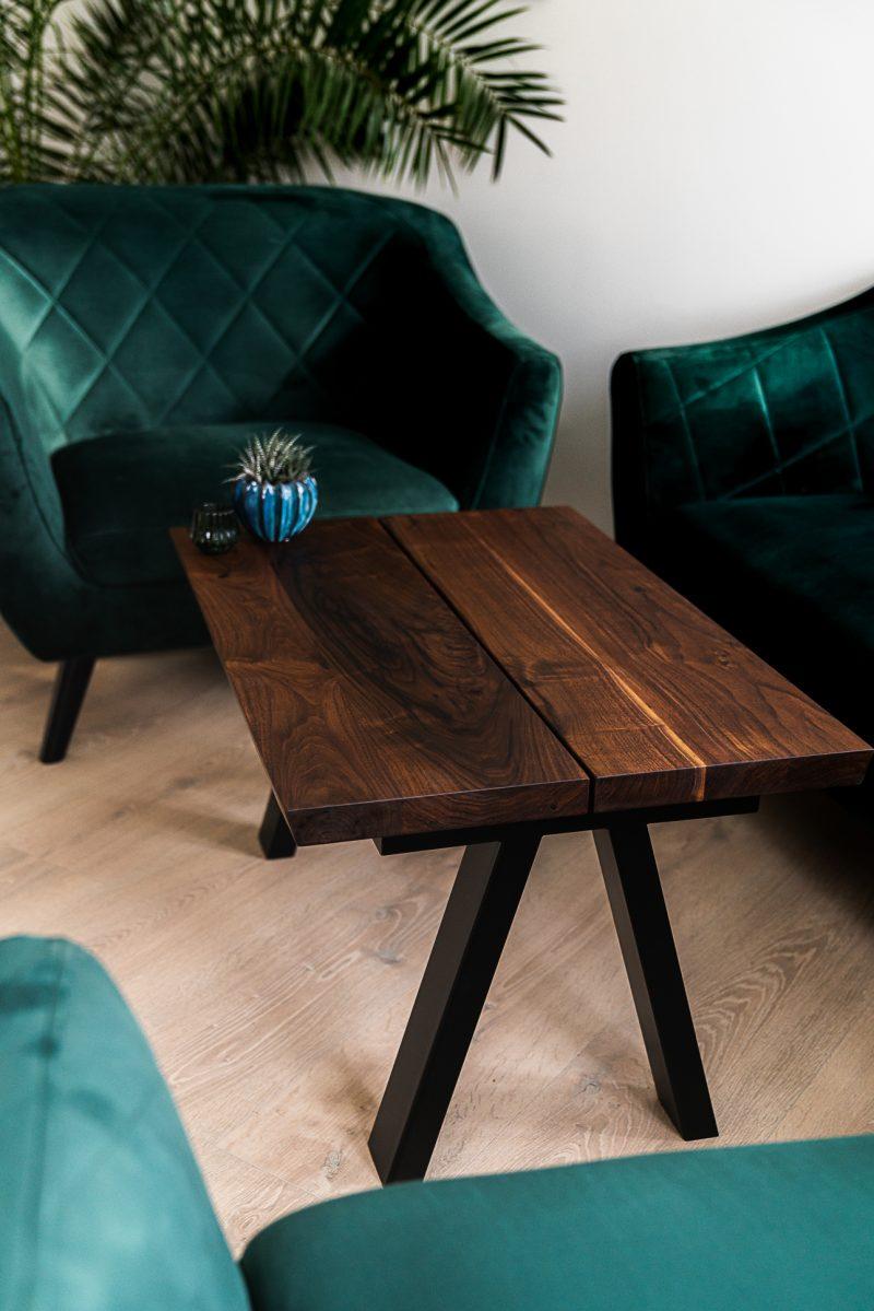 Heimdal plankebord valnød ved siden af grønne stole