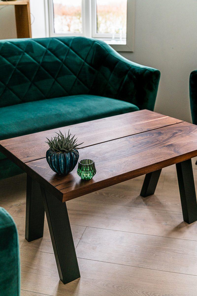 Heimdal plankebord valnød med grøn velour sofa